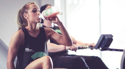 mujer fitness herbalife batido